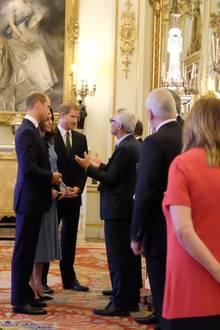 """Herzogin Catherine trug bei ihrem ersten Auftritt nach der Schwangerschafts-Meldung im Buckingham Palaceein himmelblaues Spitzen-Kleid von """"Temperley London"""". An ihrer Seite waren natürlich ihr Gemahl Prinz William und ihr Schwager Prinz Harry."""