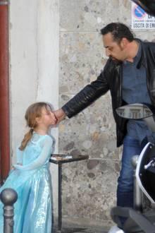 11. Oktober 2017  Ganz schön frech: Die als Prinzessin verkleidete Sole möchte eben noch nicht Heim. Dem Herren zeigt Michelle Hunzikers Tochter einfach mal die Zunge.