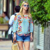 Hübscher kann man einen Babybauch wohl kaum verpacken: Nicky Hilton spaziert in kurzer Jeansshorts und mit hellblau geblümter Bluse durch New York. Ob ihr Look und die blaue Sonnenbrille schon auf das Geschlecht ihres Nachwuchs hinweisen? Vermutlich eher nicht, denn vor wenigen Tagen trug sie noch rosa