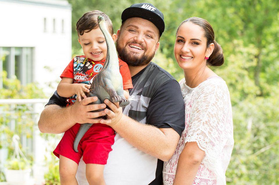 """Foto aus glücklichen Tagen: In der RTL-Sendung """"Echt Familie - Das sind wir!"""" lassen sich Menowin Fröhlich, seine On-Off-Partnerin Senay und der gemeinsame Sohn von Kameras begleiten"""