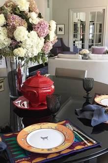 """Hollywood-Beauty Catherine Zeta-Jones hat für sich und Ehemann Michael Douglas den Tisch gedeckt, wie sie auf Instagram verrät. Die Teller im """"Afrika""""-Style hat sie übrigens zur Einstimmung auf ihren nächsten Urlaub ausgewählt. Das Hollywood-Traumpaar möchte auf Safari gehen."""