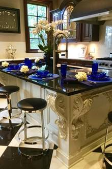 """""""Blaues Frühstück"""", betitelt Catherine Zeta-Jones den Schnappschuss ihres freistehenden Küchenblocks."""