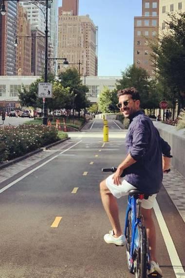"""10. Oktober 2017  Frauenschwarm Elyas M'Barek grüßt aus seinem Urlaub in New York. """"Der letzte Tag im Big Apple"""", postet er dazu."""