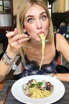 Insta-Star Chiara Ferragni ist ganz verrückt nach ihrer Pasta Frutti di Mare. Allzu oft scheint sie diese allerdings nicht zu essen, sehen ihre Ärmchen doch selber so schmal wie Spaghetti aus.