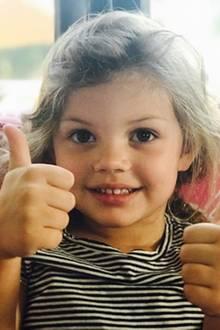 """11. Oktober 2017  Busy Philipps gibt Entwarnung und postet zu dem Foto ihrer Tochter: """"Es wird alles gut, Leute. Cricket gibt für heute die Daumen hoch."""""""