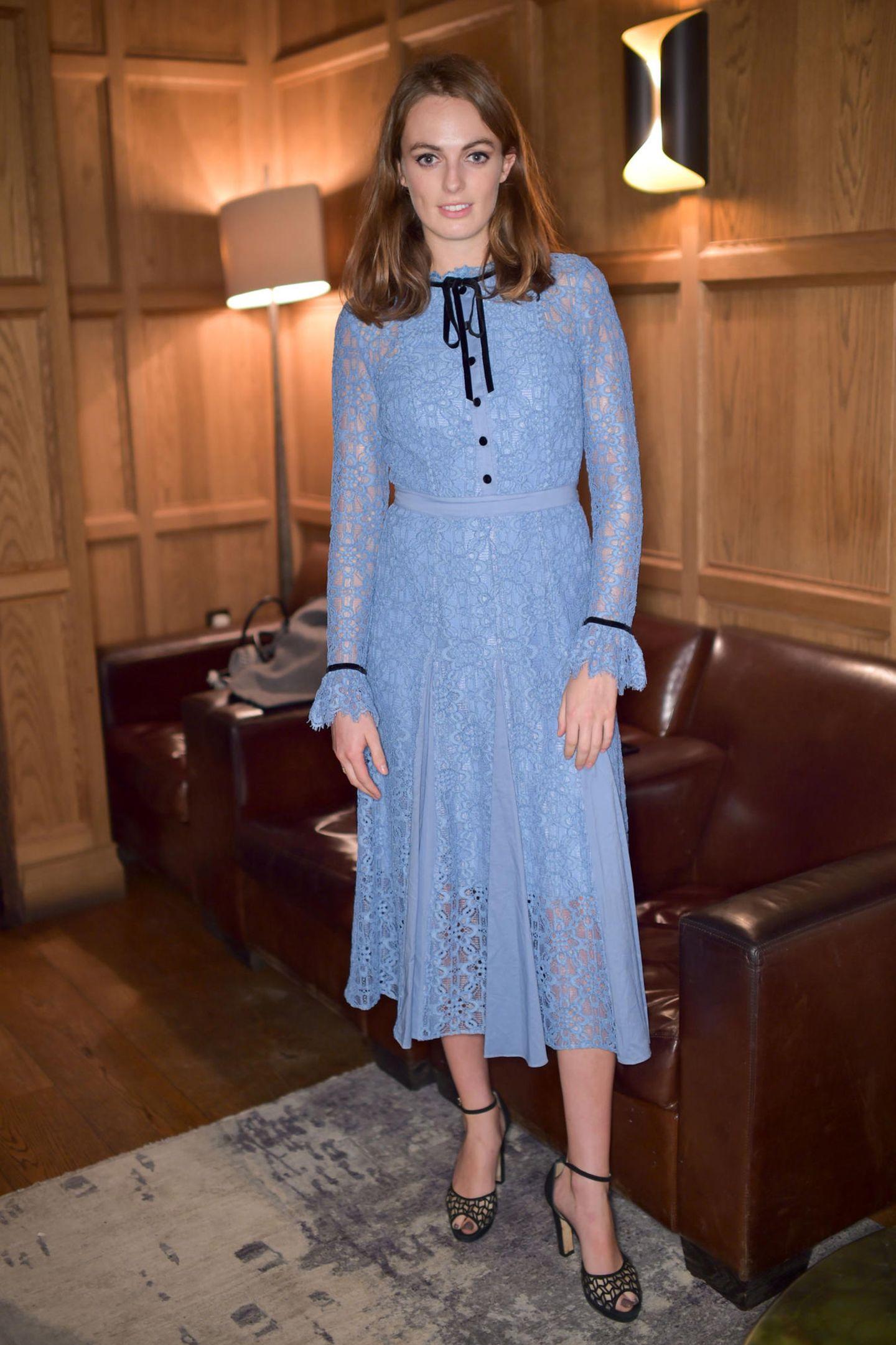 Lady Violet Manner, die Tochter des Duke von Rutland, trägt das Kleid am gleichen Abend auf einem anderen Event. Auch sie trägt ihre Haare zu dem 995-Euro-Kleid offen und ein natürliches Make-up. Das zartblaue It-Piece ist mittlerweile fast ausverkauft - klar, es scheint an jeder Frau gut auszusehen.