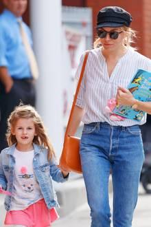 12. Oktober 2017  Sienna Miller unterwegs in New York; ein buntes Kinderbuch und eine Puppe im linken Arm und ihre niedliche Tochter Marlowe an der rechten Hand.