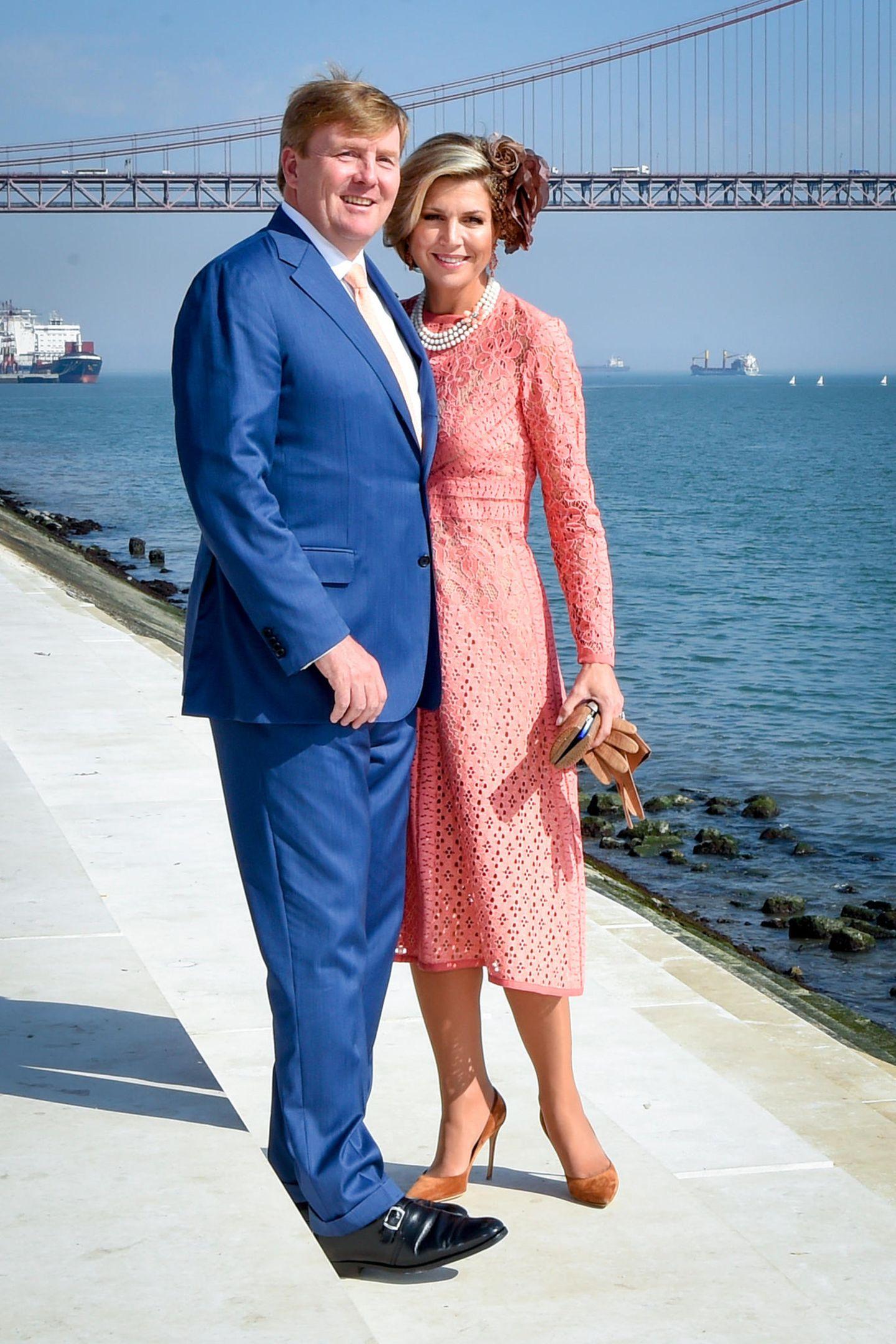 """11. Oktober 2017  König Wille-Alexander und Königin Máxima posieren am zweiten Tag ihres Staatsbesuches in Portugal am Fluss Tagus. Im Hintergrund ist die Brücke """"Ponte 25 de Abril"""" zu sehen."""