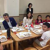 12. Oktober 2017  Auf seiner Japan-Reise besucht das dänische Kronprinzenpaar eine Grundschule und isst gemeinsam mit den Kindern Frühstück. Anschließend lassen sich Prinz Frederik und Prinzessin Mary zeigen, wie die Schule das Programmierungsprogramm anwendet.