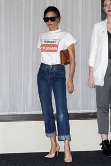 Selbst eine Jeans in Size Zero scheint für Designerin Victoria Beckham zu groß zu sein. Doch Fotos in einem weniger umspielenden Outfit, zeigen noch deutlicher wie extrem schlank Posh-Spice ist.
