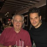 Die Geburtstagstorte verrät es: Der Herr neben John Mayer wird sagenhafte 90 Jahre alt! Der jung gebliebene und freundlich dreinschauende Mann ist Johns VaterRichard Mayer.