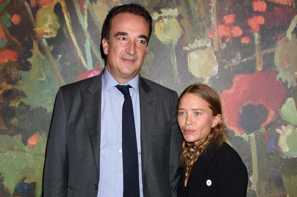 Es ist eines dieser ungleichen Promi-Paare, die Fans zum Stirnrunzeln bringt: Olivier Sarkozy, der französische Prototyp eines Anzug tragenden Geschäftsmannes (er ist Bankier) und Bruder von Ex-Präsident Nicolas Sarkozy und seine Ehefrau, die neben ihm verschwindend winzige Mary-Kate Olsen, eine der berühmten Olsen-Twins...