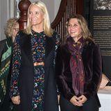 Kronprinzessin Mette-Marit eröffnet zusammen mit ihrer Schwägerin Prinzessin Märtha Louise eine Ausstellung in Norwegen. Sie erscheint in einem Kleid mit floralem Print von H&M für rund 40 Euro - ein echtes Schnäppchen! Kein Wunder, dass Mette so strahlt.