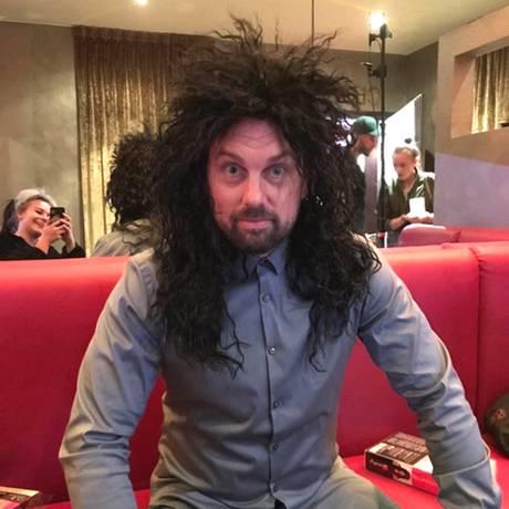 """""""Zum Glück kann ich alles tragen"""", postet Steven Gätjen scherzend. Wir hoffen, dass der Moderator sich an das Vogelnest nicht allzu sehr gewöhnt."""