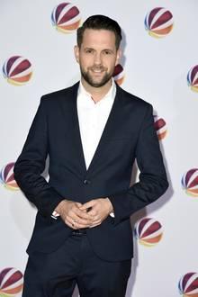 Bei einer Premiere präsentiert Matthias Killing seine erschlankte Silhuette. Das Gesicht wirkt weniger rund und der Anzug sitzt eng und figurbetont. Steht ihm gut!