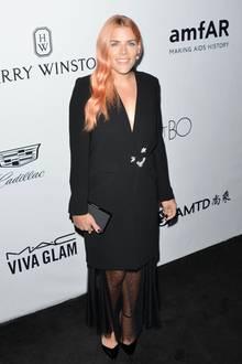 Für die amfAR-Gala scheinen wirklich fast alle ihre Outfits auf Schwarz abgestimmt zu haben, so auch Busy Philipps. Ihr Look wirkt allerdings etwas formlos.