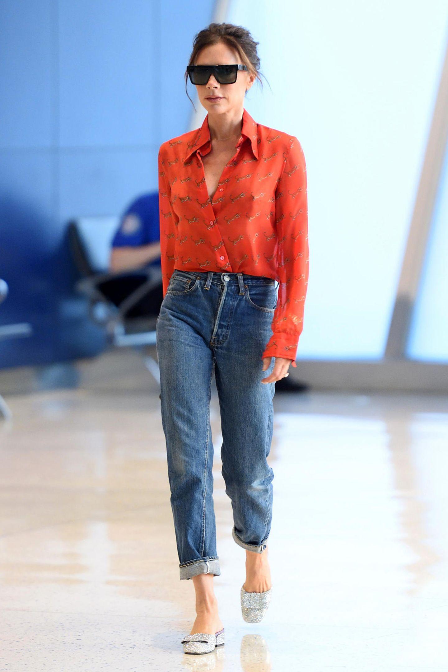 Rooarrr! In sexy Tiger-Bluse und Jeans spaziert Victoria durch den JFK-Flughafen in New York