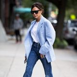 Selbst übergroße Blazer und schlichte Jeans sehen an Victoria Beckham noch stylisch aus.
