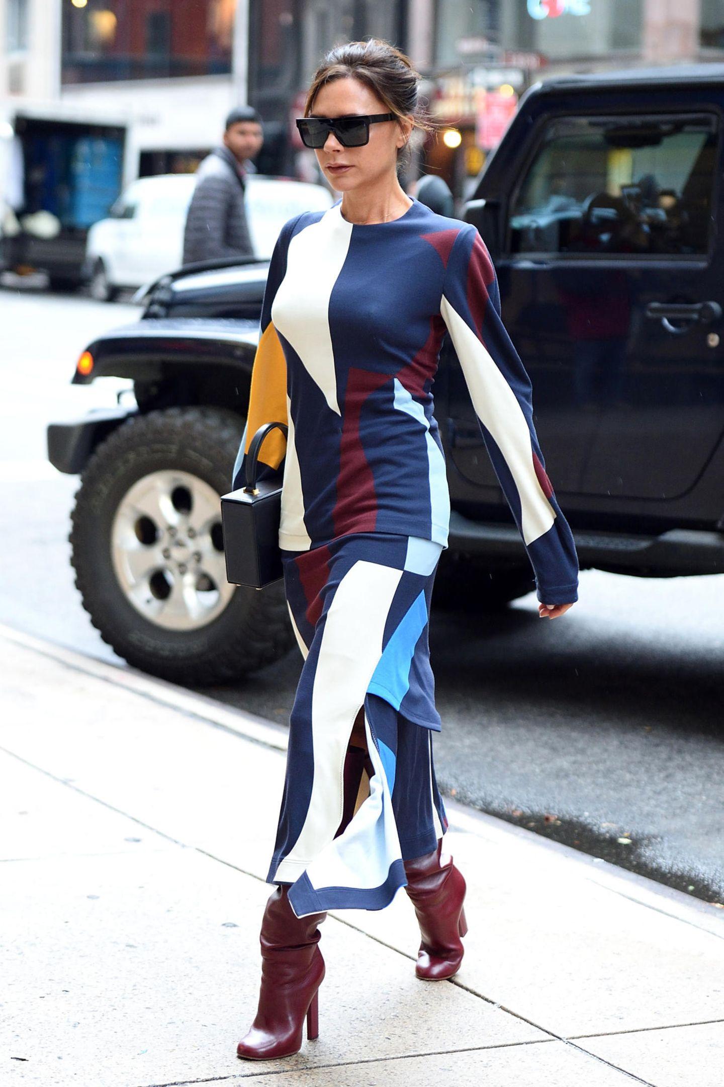 Victoria Beckham ist wirklich selbst ihr bestes Model. Diese farbenfrohe Kombi stammt aus ihrer Herbst-Winter-Kollektion 2017 und ist für knapp 2100 Euro zu erstehen.