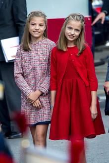 Zwei so bezaubernde Prinzessinnen wie Sofia und Leonor (r.) müssen für den spanischen Nationalfeiertag auch angemessen gekleidet sein. Prinzessin Sofia trägt ein süßes Tweed-Kleid der Luxus-Kindermarke Pili Carrera und Sofia leuchtet schön in einem roten Kleid aus der Sommer-Kollektion 2017 von Carolina Herrera mit passenden Cardigan.