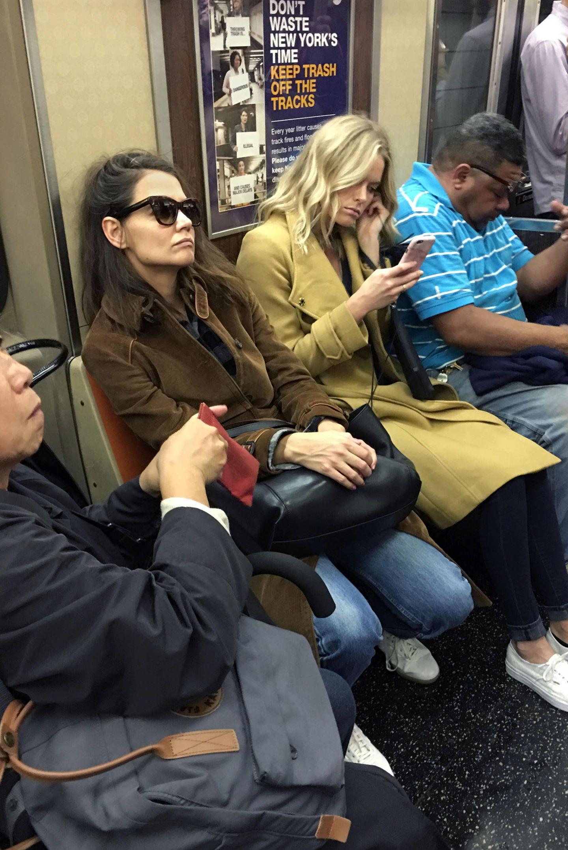 Als New Yorkerin fährt Katie Holmes natürlich auch mit der U-Bahn. Da kann sie wie alle anderen Fahrgäste auch gleich noch ein Nickerchen machen.