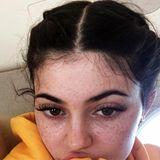 Normalerweise versteckt Kylie Jenner ihr natürliches Gesicht zwar unter viel Make-up, darunter liegen aber noch ganz viele niedliche Sommersprossen.