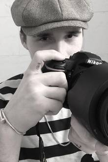 """Ein weiteres Tattoo hat sich Brooklyn Beckham in NY stechen lassen: Das Wort """"click"""" ziert nun seinen rechten Zeigefinger; den Finger, mit dem der Fotografiestudent den Auslöser seiner Kamera bedient."""