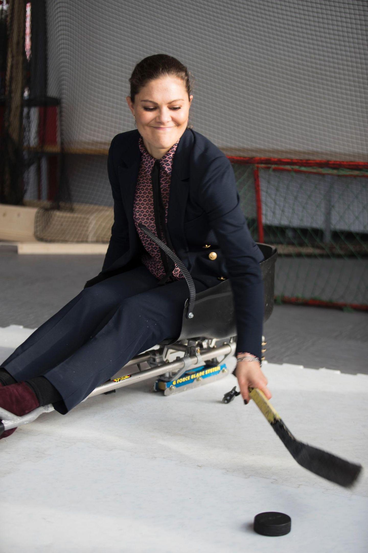 13. Oktober 2017  Prinzessin Victoria von Schweden besucht das Zentrum für Wintersport in der Mittuniversität in Östersund und probiert dort selbst einmal aus, wie die Athleten des paralympischen Teams, das sie später beim Eishockey anfeuern wird, trainieren.