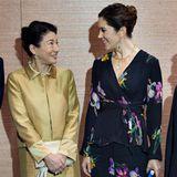 12. Oktober 2017  Japans Kronprinzessin Masako und Dänemarks Thronfolgergattin, Prinzessin Mary, kichern fast wie die Schulmädchen, als sie im Rahmen des Japan-Besuchs der Dänen zum wiederholten Male aufeinander treffen. Eine Seltenheit bei der sonst so zurückhaltenden Prinzessin Masako!