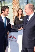 """13. Oktober 2017  Zwei, die sich verstehen: Prinz Carl Philip von Schweden und Fürst Albert von Monaco treffen bei der Konferenz """"Connecting and Protecting our seas"""". Und sie waren nicht die einzigen Royals dort - auch Königin Noor von Jordanien sah man ins Gespräch mit dem Schwedenprinzen vertieft."""