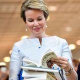 12. Oktober 2017  Auch die belgische Königin Mathilde schaut auf der Frankfurter Buchmesse vorbei - und ist gleich schwer bepackt.