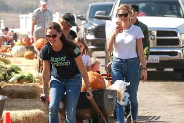 Schauspielerin Jennifer Garner hat jede Menge Spaß auf der Kürbisfarm. Mit den Kids wurde an Dekoration nicht gespart, sodass der Hollywoodstar eine Schubkarre brauchte.
