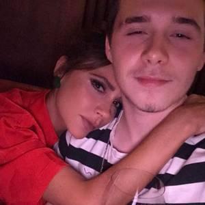 13. Oktober 2017   Victoria Beckham hat es als Mutter nicht leicht: Ihr ältestes Kind, Brooklyn Beckham, ist nach New York gezogen, um zu studieren. Ein Glück, dass sie ihn hin und wieder besuchen und ihn ganz fest drücken kann; wie auf diesem Foto.