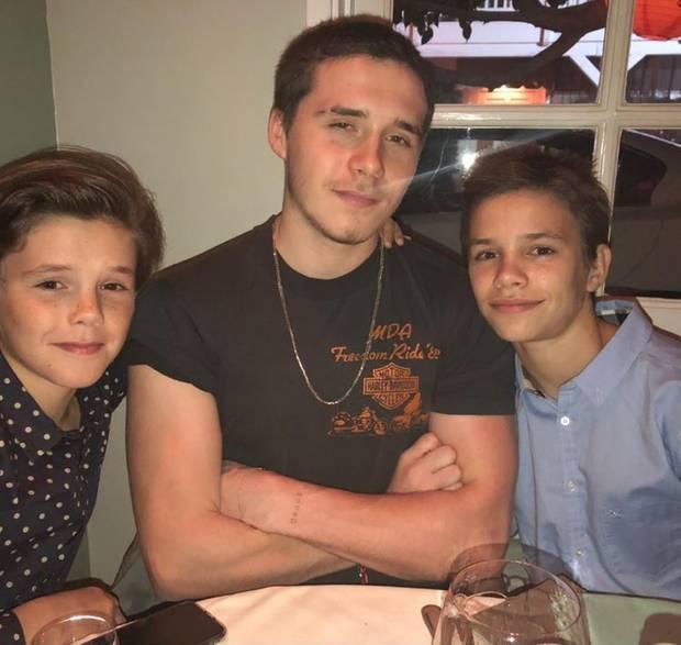 """15. Oktober 2017  """"Harper darf sich freuen"""", postet Mutter Victoria Beckham, """"alle ihre großen Brüder sind wieder da."""" Gemeint damit sind Cruz, Brooklyn und Romeo Beckham, die für das Gruppenfoto zusammengerückt sind."""