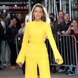 """In ihrem strahlend gelben Ensemble im Stil der 70er-Jahre strahlt Hollywood-Beauty Blake Lively auf dem Weg zu """"Good Morning America"""" in New York heller als die Sonne. Die Kombination ist aus dem Hause Brandon Maxwell und kostet um die 1.660 Euro"""