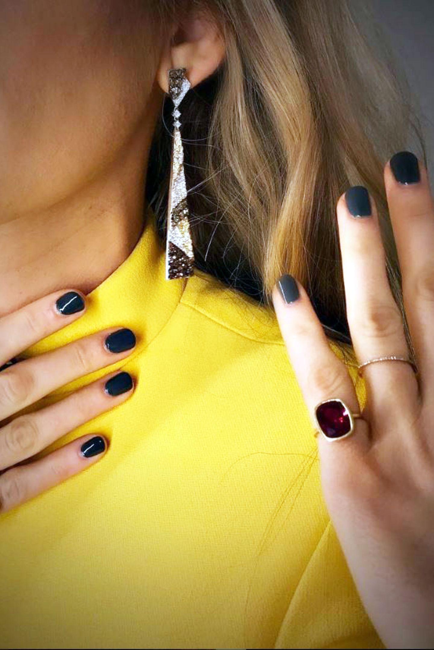 """Dieser Anblick dürfte Frauenherzen schneller schlagen lassen: Traumhaft schöne Ohrringe und Ringe mit verschiedenfarbigen Edelsteinen von """"Lorraine Schwartz"""" kombiniert Blake zu einem goldenen Statement-Ring (rechts im Bild) von """"Ofira""""."""