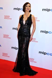 Für dieses transparente und hautenge Kleid braucht Frau einen echten Wow-Body. Und den hat Schauspielerin Catherine Zeta-Jones sowas von! Mit 48 sieht sie heißer aus als so manche 20-Jährige und auch ihr Hintern kann sich sehen lassen ...