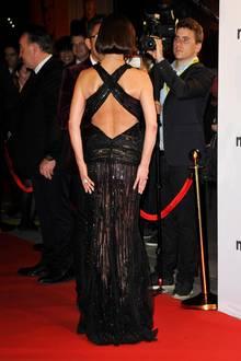 Der durchsichtige Stoff ihres langen Abendkleides, lässt nämlich ziemlich gut erahnen, dass der Hintern von Catherine Zeta-Jones ziemlich in Shape ist