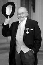 """16. Oktober 2017: Roy Dotrice (94 Jahre)  Große Trauer um den britischen Schauspieler. Roy Dotrice ist am Montag gestorben. International bekannt war er zuletzt für seine Rolle des Pyromantikers Hallyne in der erfolgreichen Fantasyserie """"Game of Thrones"""" (seit 2011).Roy Dotrice hinterlässt drei Töchter, die aus der Ehe mit der 2007 verstorbenen Schauspielerin Kay Dotrice stammen."""
