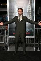 """16. Oktober 2017  Gerade noch einen Motorradunfall in Los Angeles gehabt und zur Behandlung ins Krankenhaus eingeliefert worden, und schon ist Hollywood-Hottie Gerard Butler wieder quicklebendig auf dem roten Teppich in New York, um an der Premiere seines neuen Streifens """"Geostorm"""" teilzunehmen."""