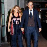 """Was für ein """"Cool Girl"""" - am Abend zeigt sich Blake Lively Hand in Hand mit ihrem Liebsten Ryan Reynolds in einem sportlich-elegantem Look. Ihr Pailletten-Top im Skater-Look ist von Monse und kostet schlappe 2.630 Euro"""