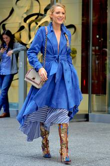 Gucci Goals: Dieses Bild und auch das Outfit erinnern ganz stark an Blake Livelys Zeiten in Gossip Girl. Zum blauen Mantelkleid kombiniert die Schauspielerin heiße Gucci-Stiefel und einen tollen Ledermantel