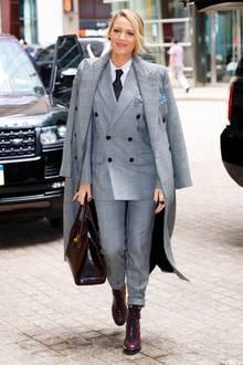 Business as usual: Auch im Hosenanzug von Ralph Lauren macht Blake Lively eine ganz tolle Figur! Kostenpunkt für den Anzug: Knapp 3.000 Euro