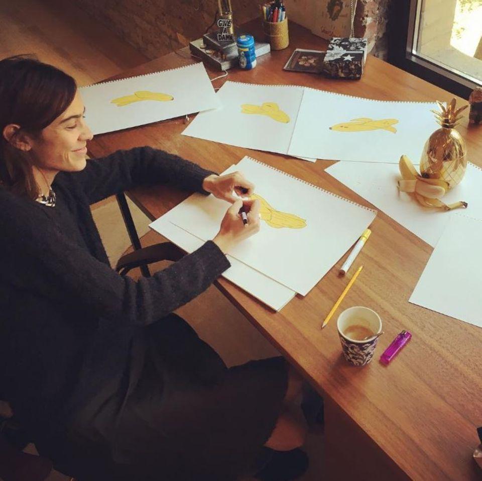 17. Oktober 2017  Alexa Chung malt Bananen, sehr viele Bananen. Hat das Model das Throwback-Foto geteilt, um daran zu erinnern, dass sie durchaus auch andere Talente hat? Zumindest ist sie stolz auf die künstlerischen Resultate, wie sie postet.