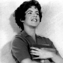 """Frech, emanzipiert und ganz schön verrucht: Stockard Channing begeisterte 1978 als Betty Rizzo im Kultfilm """"Grease"""". Ihr """"Pink Lady Look"""" inspirierte eine ganze Generation von Frauen."""