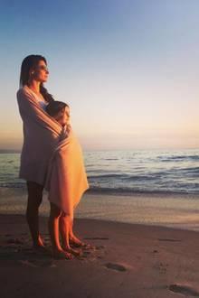 16. Oktober 2017  Mit ihrer Tochter Anja Louise in den Armen schaut sich Supermodel Alessandra Ambrosio den traumhaften Sonnenuntergang Malibus an.