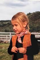 Was für ein süßes, kleines Cowgirl: Bei dem niedlichen Blondschopf handelt es sich um Supermodel Bella Hadid.