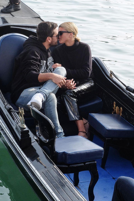 Wenn man schon Mal in Venedig ist: Der romantische Kuss auf der Gondel darf selbstverständlich nicht fehlen. Scott Disick und Sofia Richie zeigen sich total verliebt.