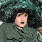 Natur pur auf dem Catwalk: Der Waldfee-Look mit dunkelgrünem Lippenstift und Walleperücke ist im Alltag nur was für sehr Mutige