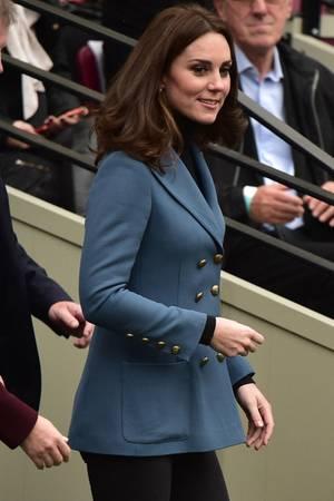 Herzogin Catherine erscheint in einem etwas weniger legeren Outfit als ihr Mann und ihr Schwager.